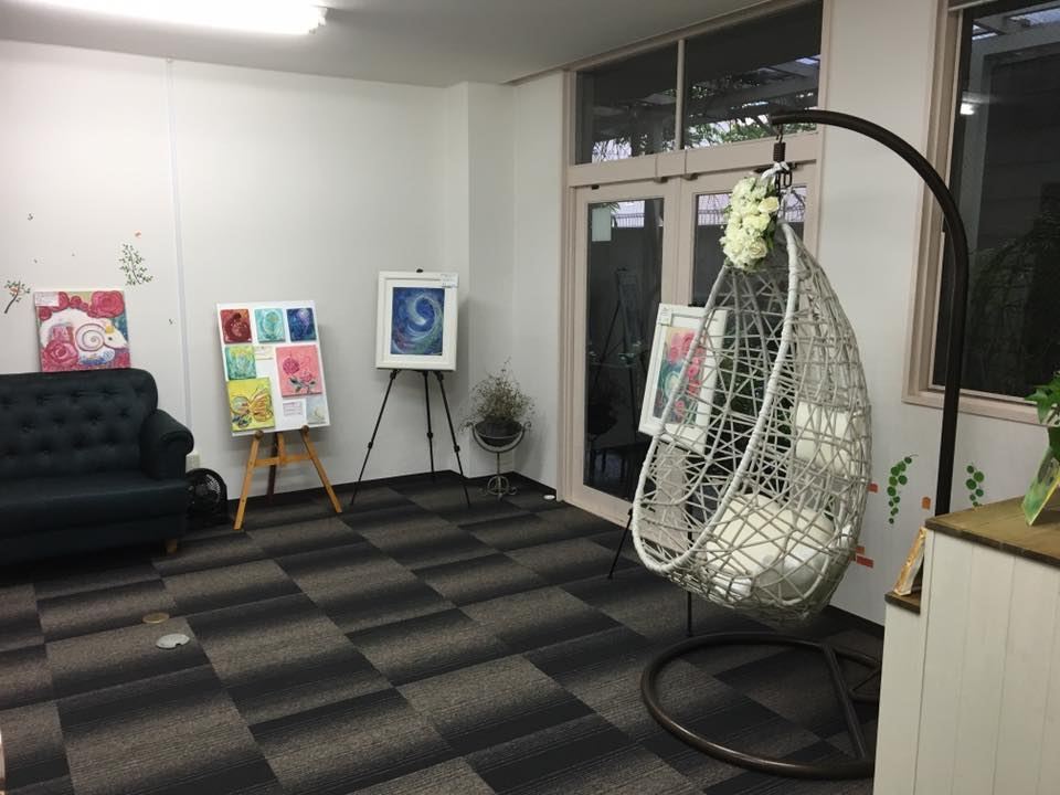 占いサロン観音庵大阪福島店の内装 ありさの絵とエッグチェア