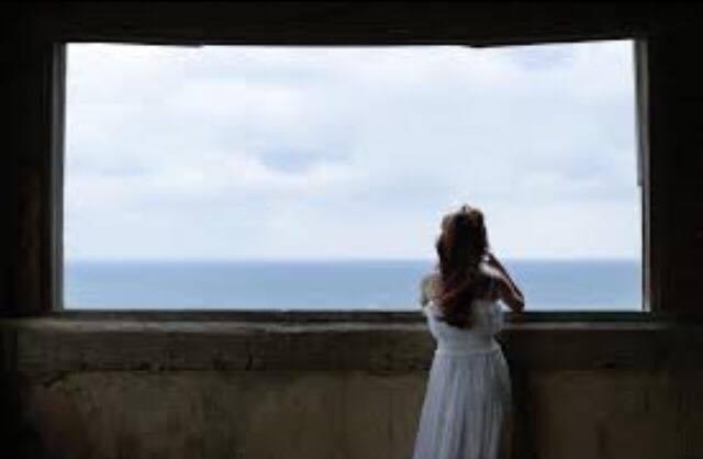 海を眺める少女